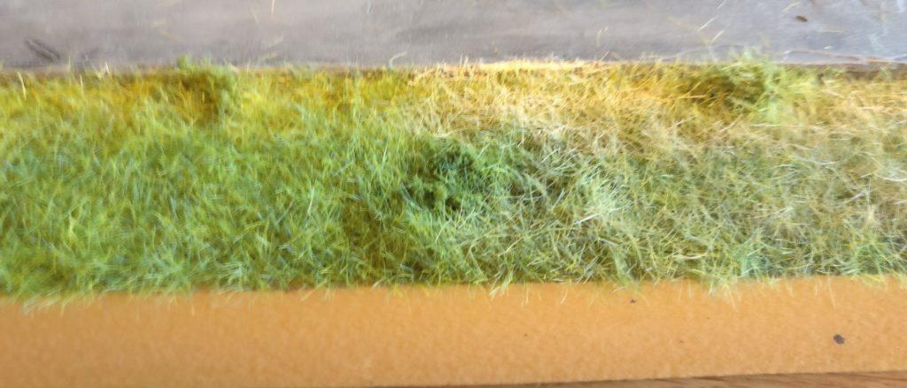 Hier stehen beide Varianten gegeneinander. Links unbemaltes Gras, rechts bemaltes Gras.