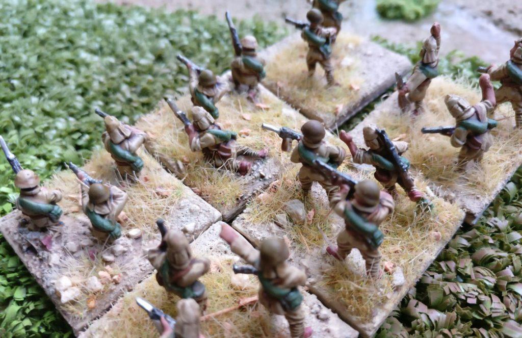 Die japanische Infanterie feuert aus dem Sumpf heraus auf die US-Verteidiger.