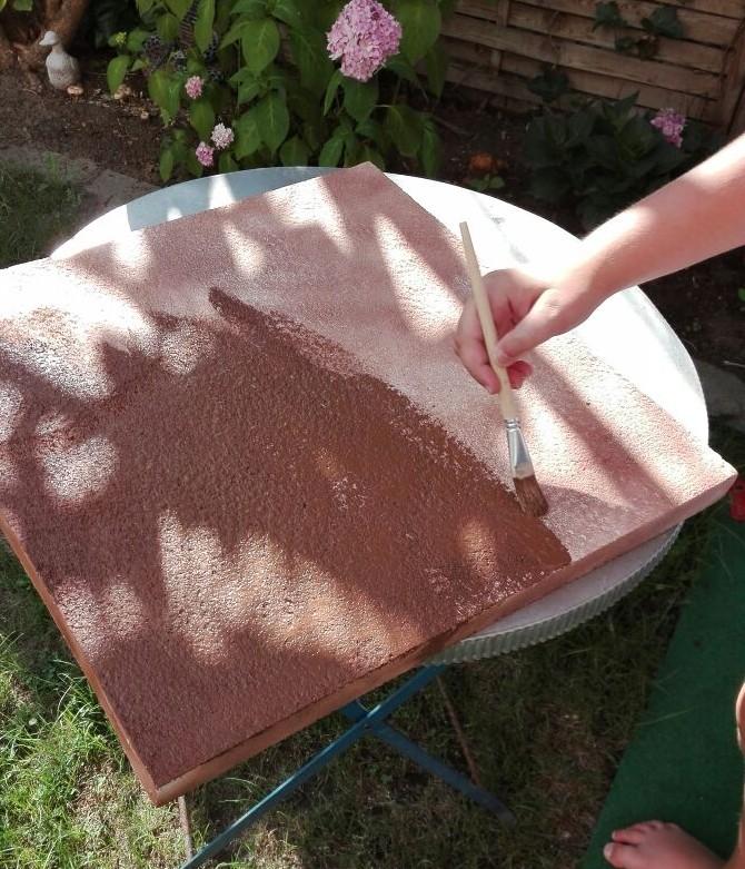 """Dispersionswandfarbe aus dem Baumarkt muss für den Boden als Grundfarbe herhalten. Der Farbton wurde frei Schnauze mit """"dunklem Braun"""" ausgewählt und wird gegen sicher vorhandene Unkenrufe von Nietenzählern schmerzbefreit aufgetragen."""
