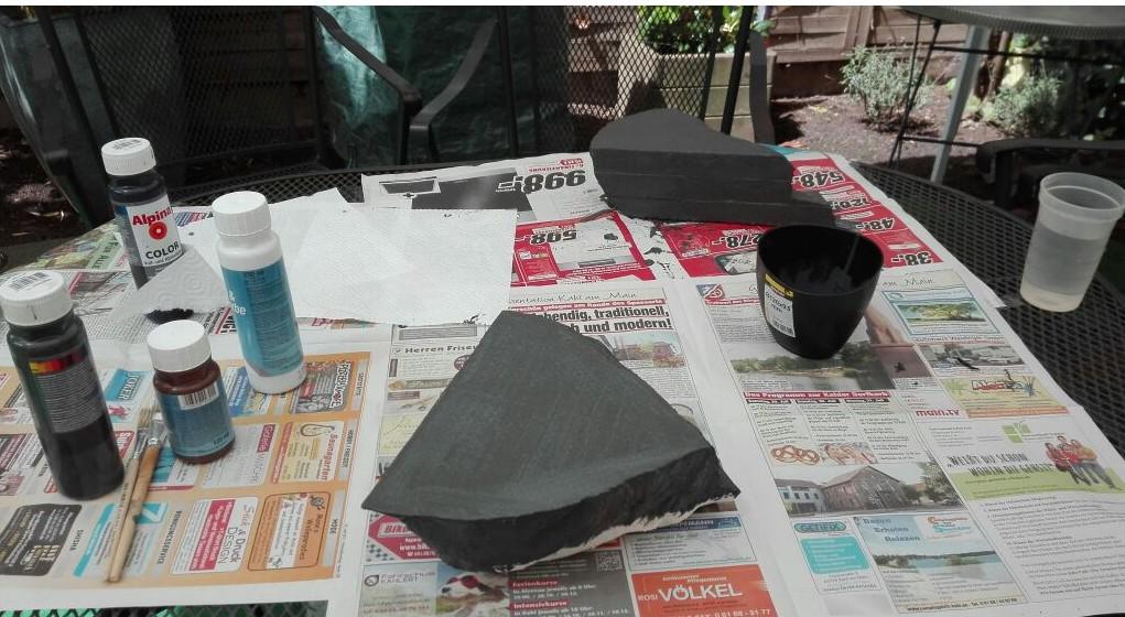 Die Felsen erhalten einen Overall-Überzug mit dunklem Grau. Es dienst als Grundierung und wird später noch nachbehandelt. Hier wurde ebenfalls Dispersionswandfrabe eingesetzt.