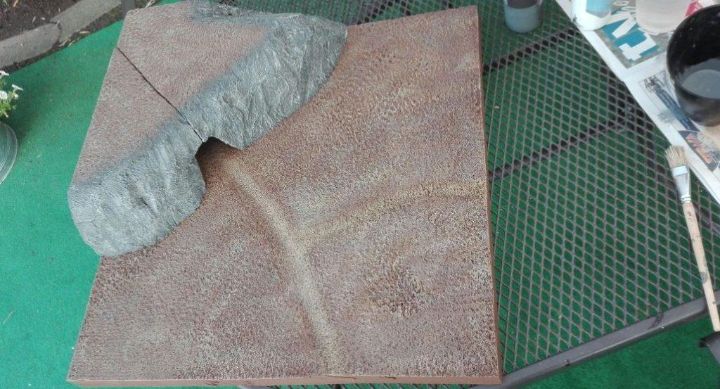Die Braunfläche wird mit einem hellen Beigeton trockengebürstet.