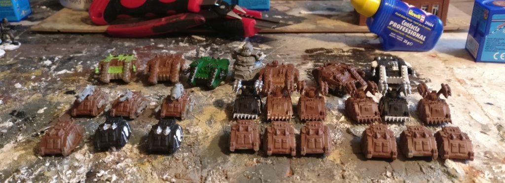 """Hier das Rohmaterial für mein Projekt des Sd.Kfz. 309 """"Assel"""": die Miniaturen der Space Marine Rhino, Whirl-Wind und Land Raider."""