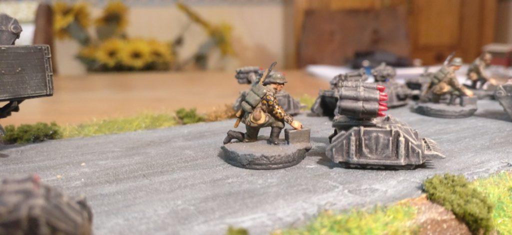 Noch ein Einsatzbild mit dem Bediener der Militärroboter, wie das Sd.Kfz. 309 heute genannt werden würde.