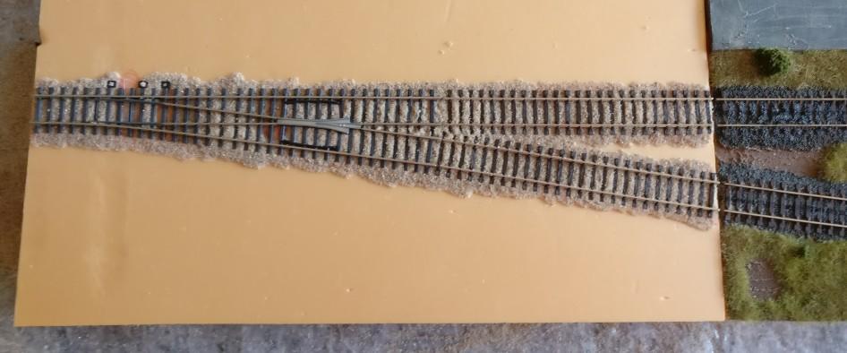 Der Gleiskörper aus PONAL ist getrocknet. Der überschüssige Quarzsand ist bereits entfernt.
