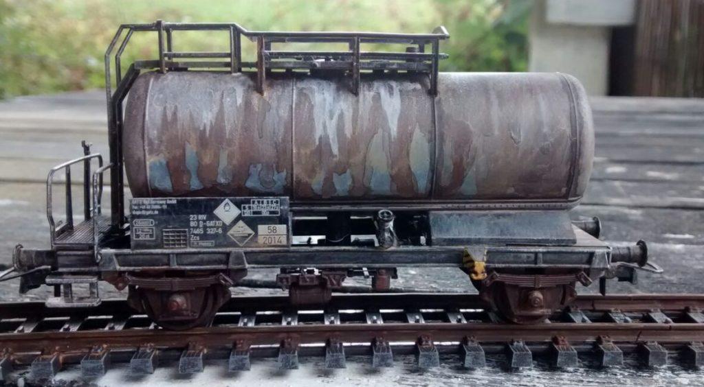 Die Alterung bescherte dem Kesselwagen Zcs von Roco reichlich Spuren. Wenn er in diesem Zustand auf der Modellbahn eingesetzt wird, könnte er glatt aus der damaligen Zeit stammen. Gut, die Anschriftentafel müsste noch etwas angepasst werden.