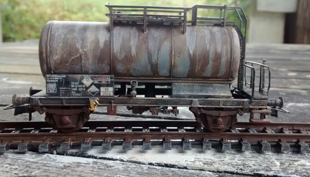Hier die Kehrseite des Kesselwagen Zcs von Roco. Auch hier hat die Modellbahn-Alterung ihr Spuren hinterlassen.