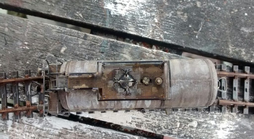 Der Laufsteg mit Laufrost und  Aufstiegsleiter führt zur Kuppel. Die Spuren deuten auf aggressive Flüssigkeiten hin, die mit dem Kesselwagen transportiert wurden.