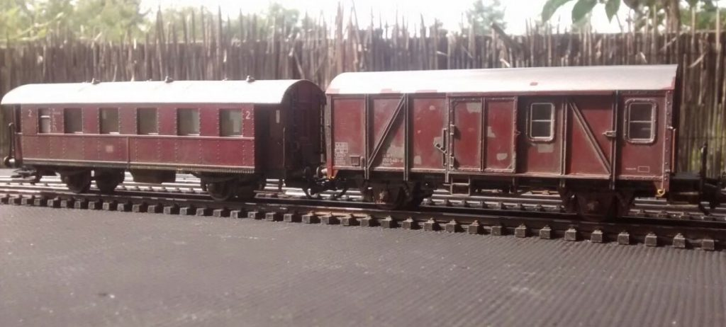 Rote Donnerbüchse 1.Kl. und Roco 46259 Pwghs-54 Güterzug-Begleitwagen der DB