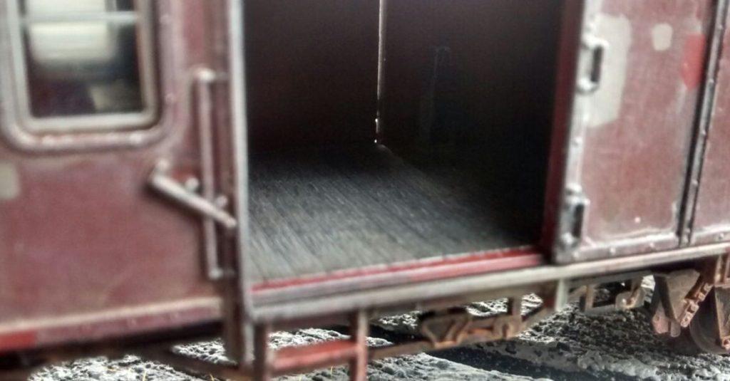 Der Boden des Innenraums wurde mit Beige trockengebürstet.