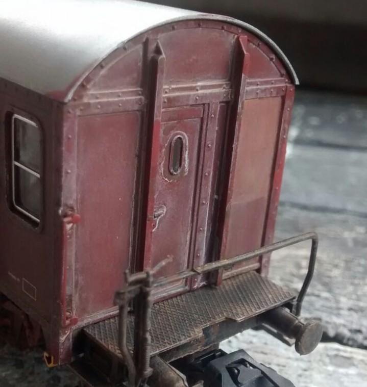 """Spuren der Lasur """"Beige"""" an dem kleinen Fenster der Tür an der Stirnseite des Güterzugbegleitwagens."""