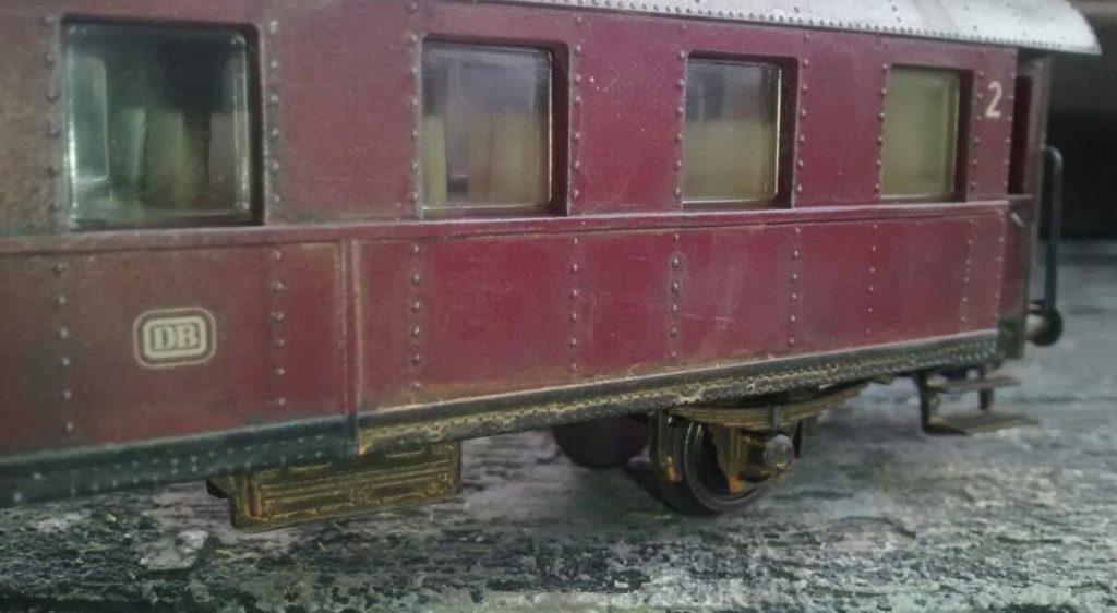 """""""Verranzt"""" nennt Doncolor die Modellbahn-Alterung an der roten Donnerbüchse."""