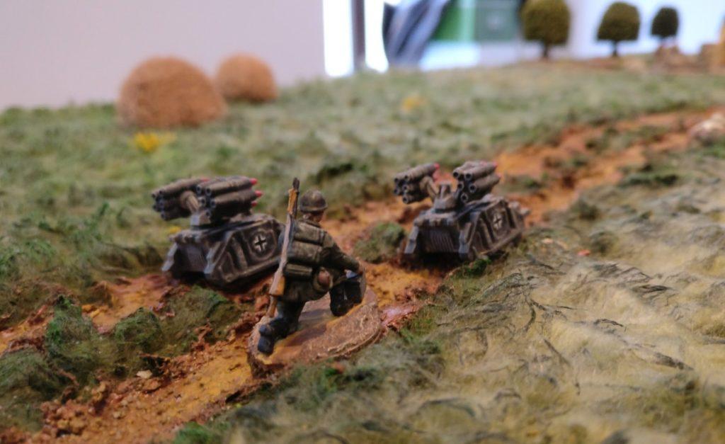 Zwei Sd.Kfz. 309f auf einem Feldweg.
