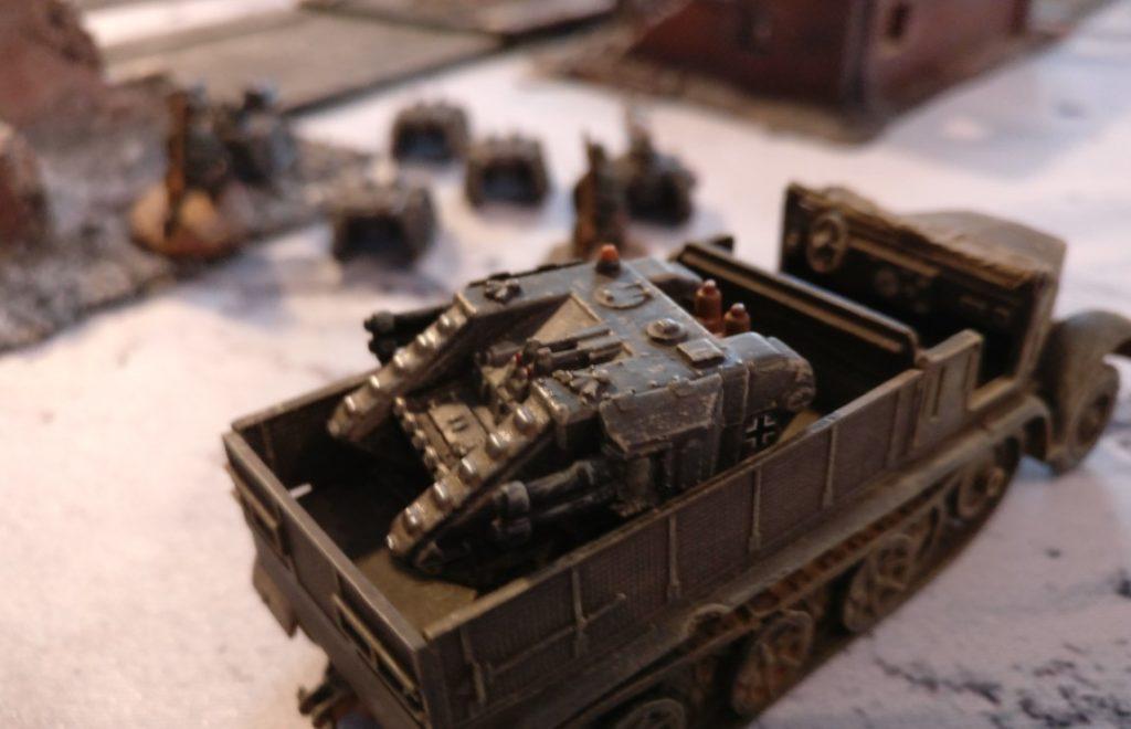 Ein Sd.Kfz. 309a ist noch verlastet.