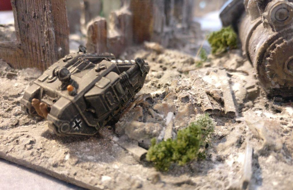 Ein einsames Sd.Kfz. 309a bahnt sich seinen Weg durchs Trümmerfeld.