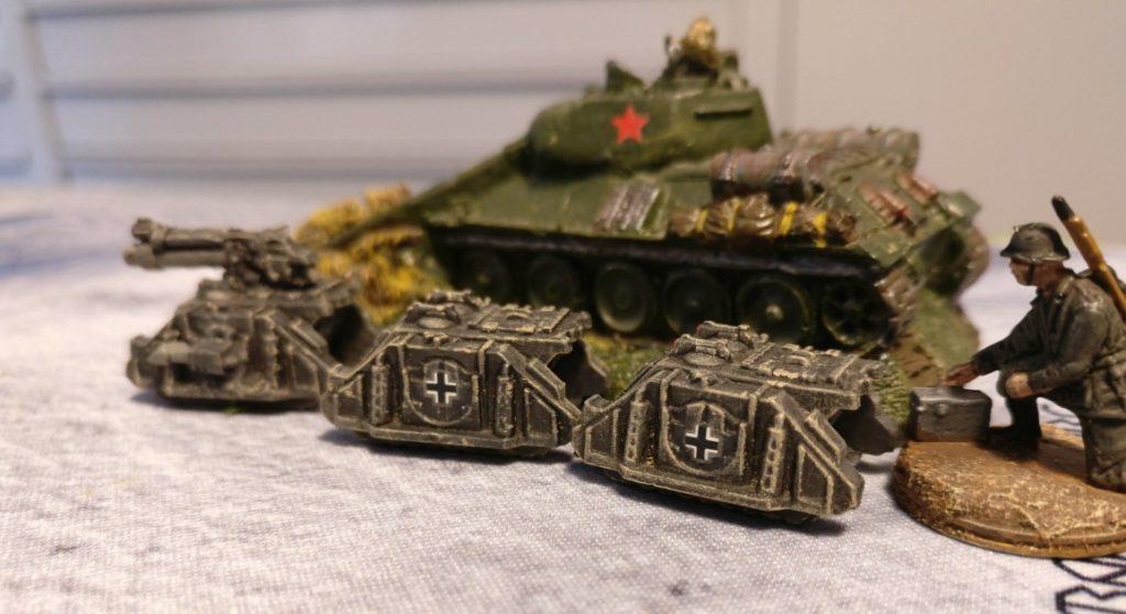 Eine Gruppe Mehrzweckfahrzeuge nahe einem T-34.