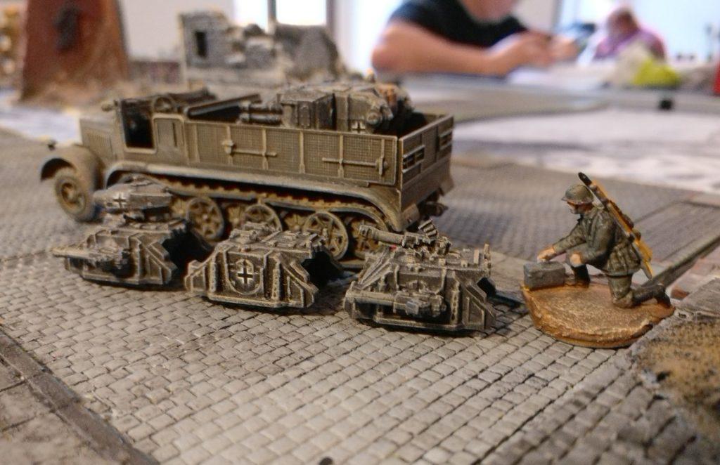 Nach dem Abladen werden mehrere Sd.Kfz. 309b und c in Gang gesetzt.