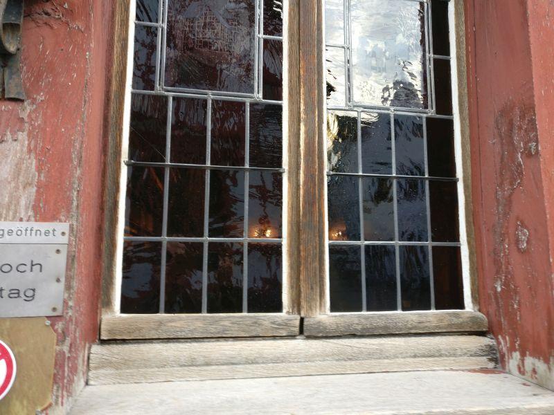 Im Fenster sieht man bereits die lockenden Irrlichter des Stammtischs.