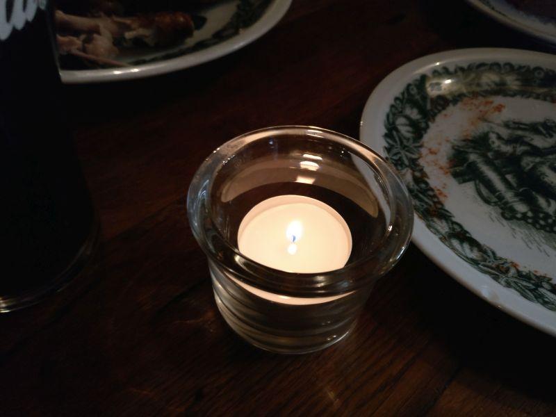 Das kleine Teelicht mühte sich ab, Erleuchtung in unsere von Riesling und Stubbies getrübten Geister zu bringen - völligst vergeblich.