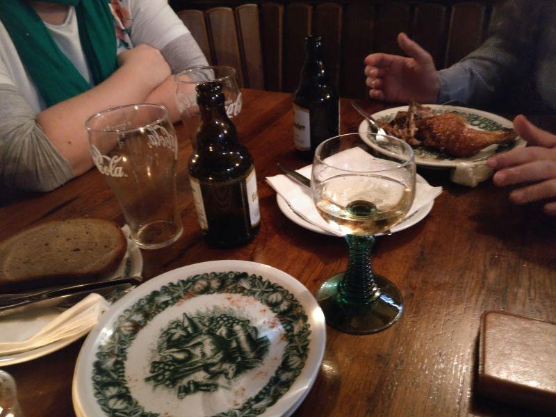 Der Tisch der zechenden Sofageneräle...