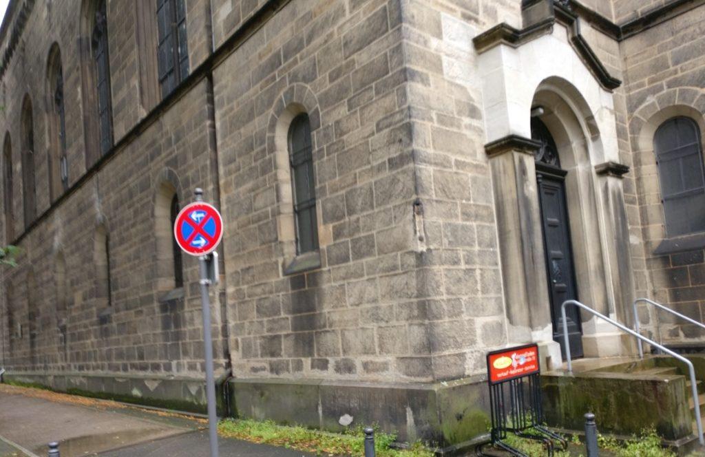 """Schöne Kirche in pittoreskem Stadtviertel und das in großen Stückzahlen vorhandene Zeichen 283 StVO, """"absolutes Haltverbot""""."""
