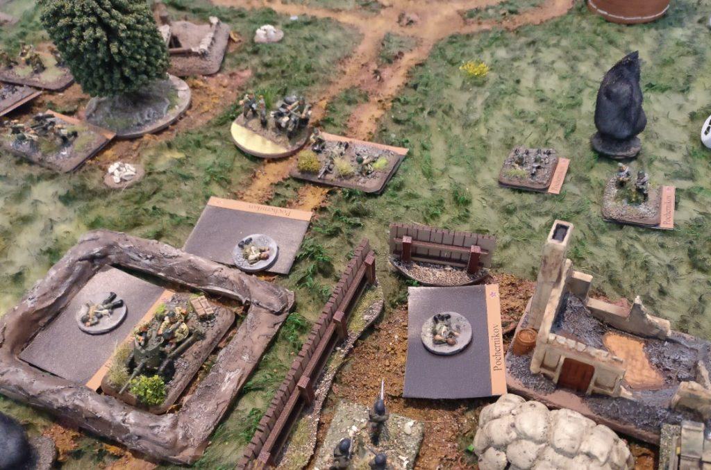 Rund um das Gehöft liegen alle russischen Einheiten unter massivem deutschen Beschuss. Die Verluste sind enorm.