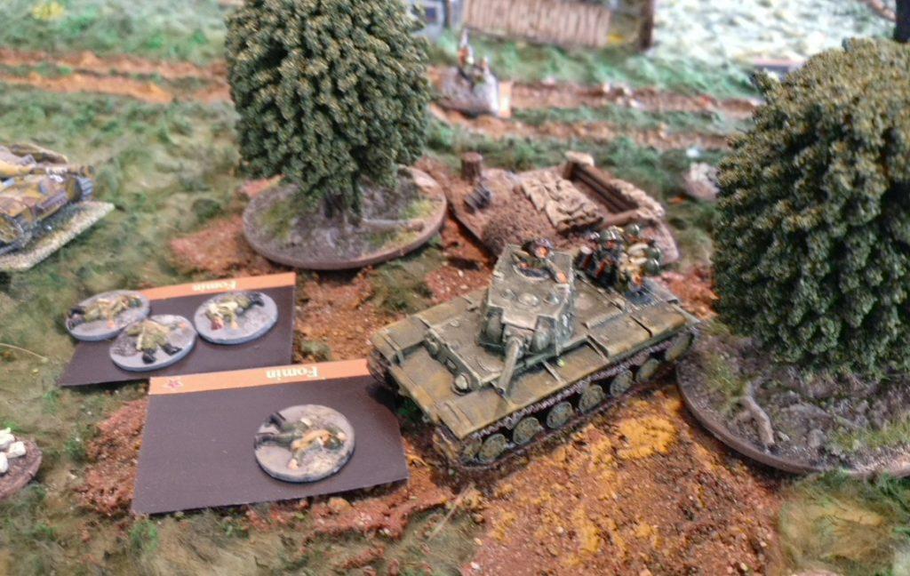 Der deutsche Beschuss zeigt begrenzte Wirkung. Der KV-I hält die Stellung, obschon die Infanterieeinheiten ausgeschaltet sind.