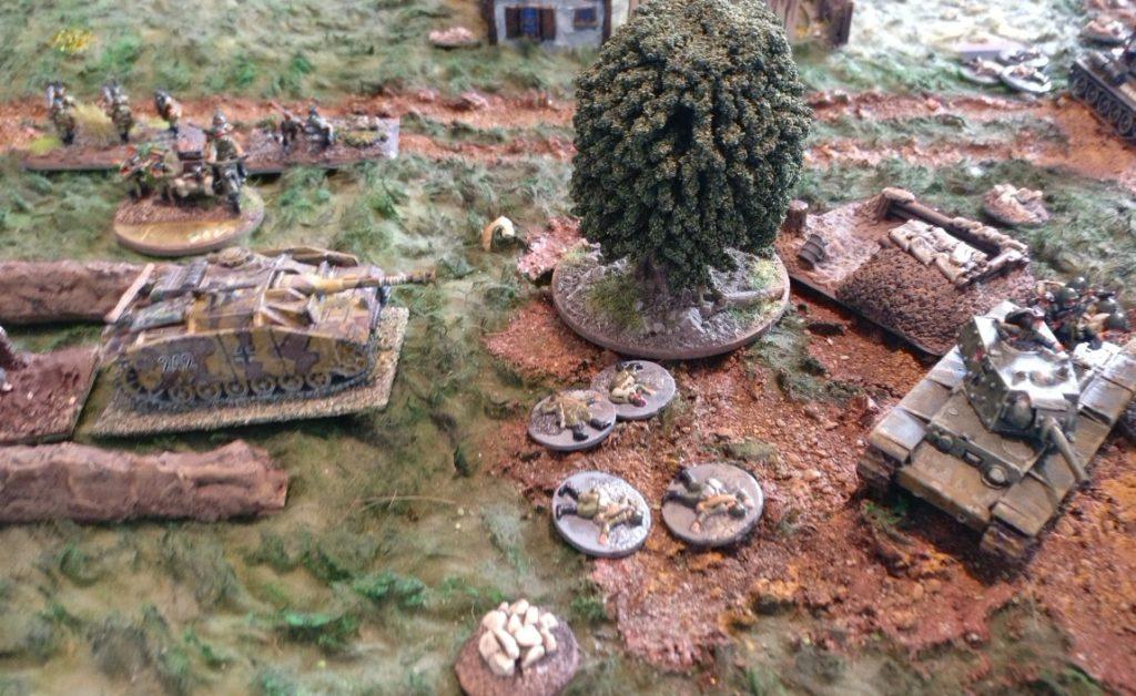 Das StuG III arbeitet unermüdlich am Untergang des KV-I , jedoch ohne jeglichen Erfolg. Lediglich einzelne vorrückende Infanterietrupps können ausgeschaltet werden.