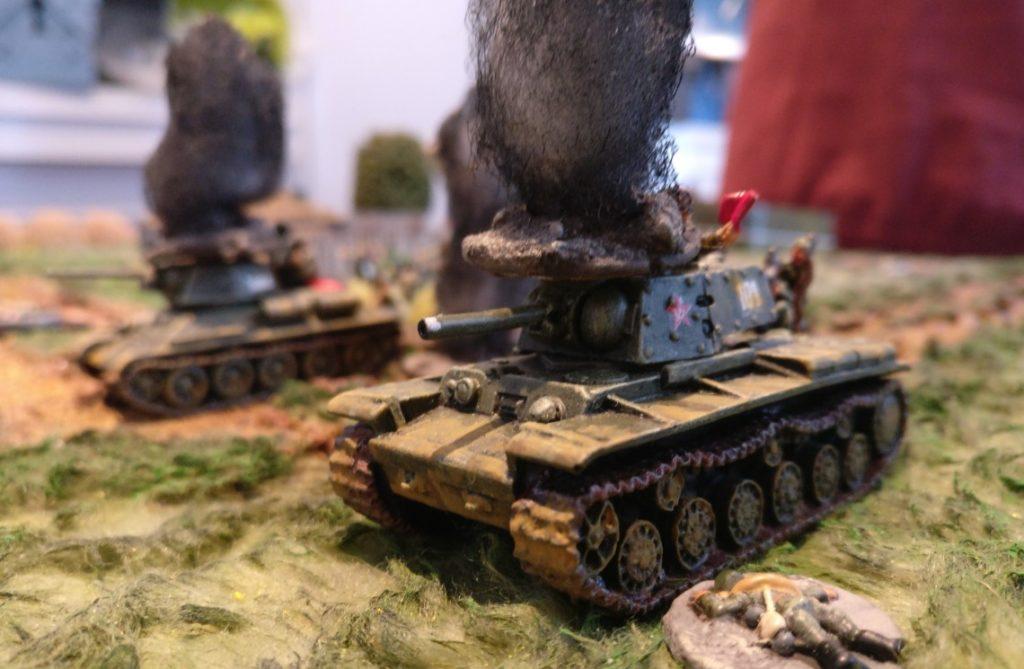 Schwacher Trost: Ein weiterer KV-I auf freiem Feld wird zerstört.