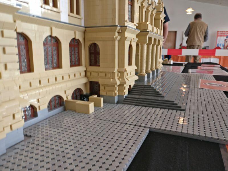 """Modell """"Rathaus Wiesbaden"""" der Brick-Fans Rhein-Main auf der Inspiration Modellbau am 23.09.2017 in der Ludwig-Eckes-Halle in Nieder-Olm"""