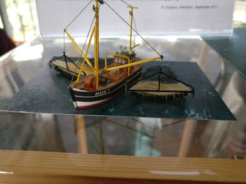 """Modell """"Fischerboot"""" der Kartonmodellbauer auf der Inspiration Modellbau am 23.09.2017 in der Ludwig-Eckes-Halle in Nieder-Olm"""