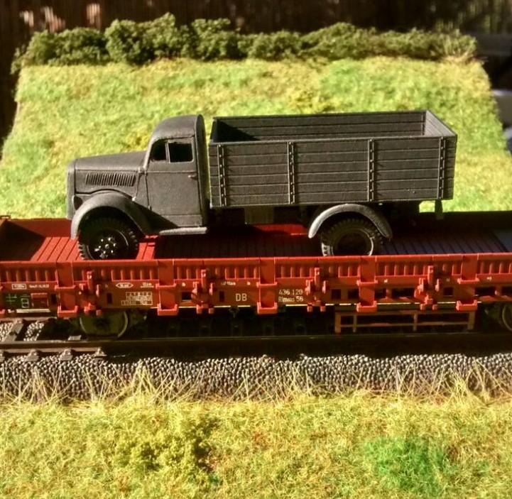 Der erste Wehrmachts-Lkw ist angekommen.
