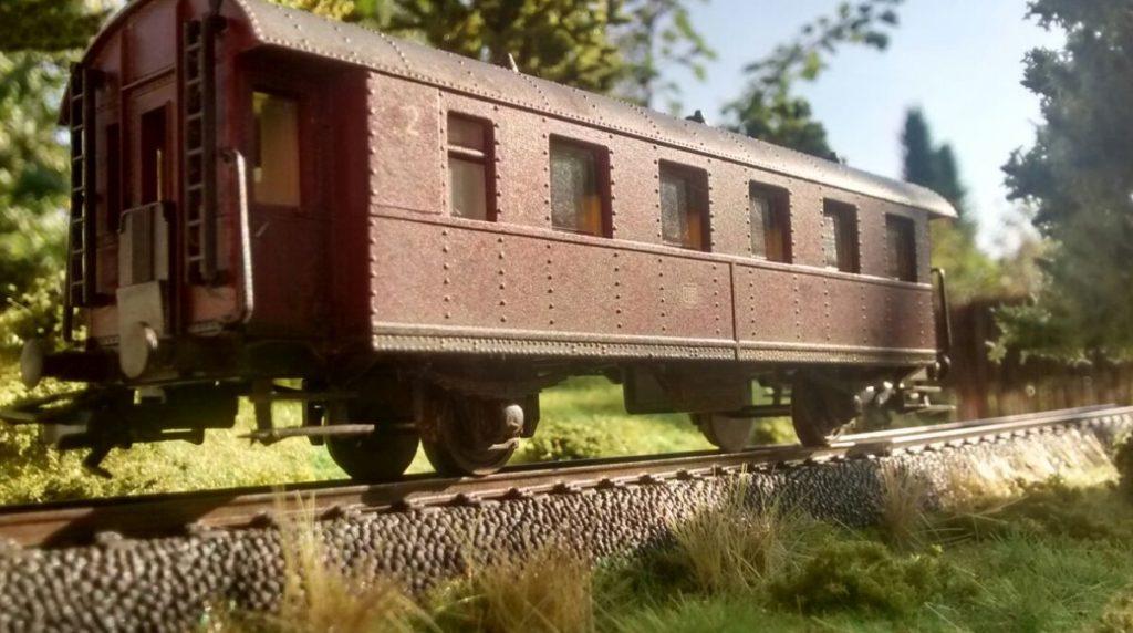 """Die rote Donnerbüchse erster Klasse kennen wir bereits aus dem letzten Artikel. Modulbau im Foto: Walkaround über die beiden Module von Doncolors Modellbahn """"H0"""""""