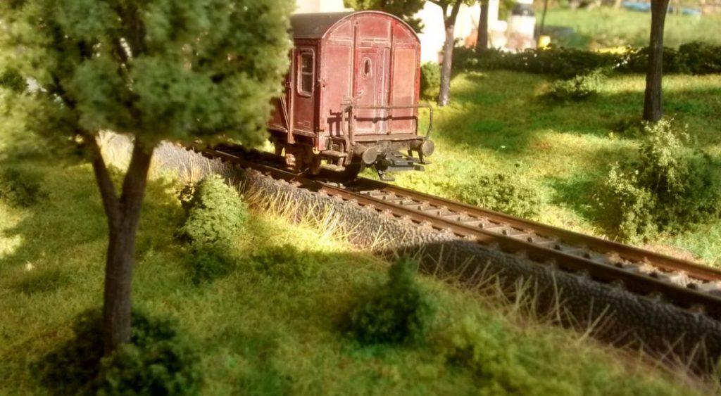 """Der Güterzug-Begleitwagen von Roco im Foto: eines der beiden Module von Doncolors Modellbahn """"H0"""""""