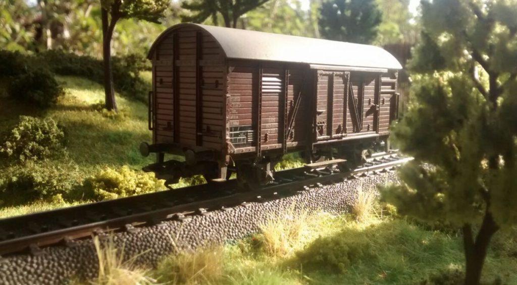 """Der gedeckte Güterwagen mit Tonnendach von Roco im Foto: eines der beiden Module von Doncolors Modellbahn """"H0"""""""