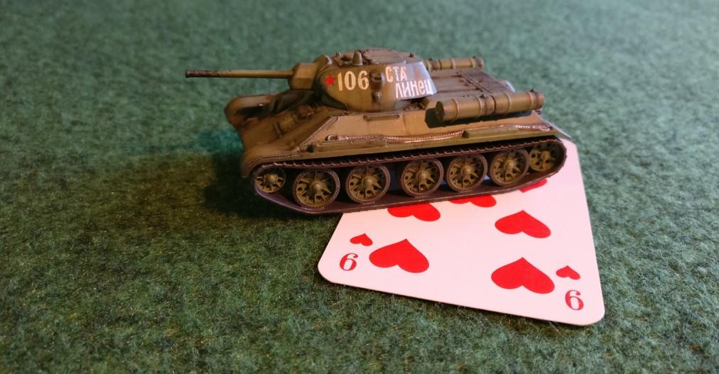 """Dieser T-34/76 soll uns als Anschauungsobjekt dienen. Seine Kommandokarte ist eine """"Herz 9"""" und der Kartenwert beträgt """"9"""". Wir werden den T-34/76 versuchen lassen, der Reihe nach mehrere Ziele zu bekämpfen."""