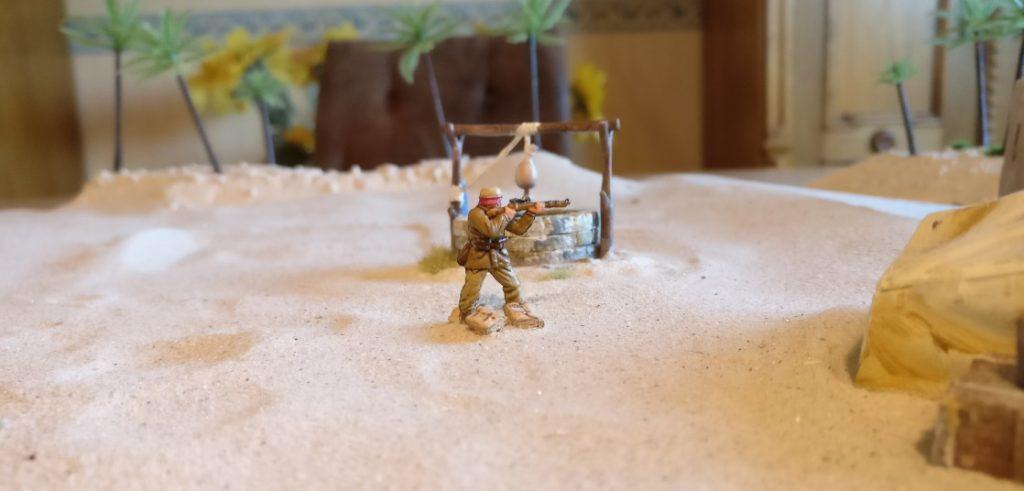 Der Scharfschütze entdeckt ( durch Erwürfeln, das wir jetzt hier nicht zeigen, sondern als erfolgt voraussetzen ) den britschen Artilleriebeobachter auf dem Dach des Beduinenhauses. Der Scharfschütze würfelt erneut und bekämpft den britischen Scharfschützen - trifft aber nicht.