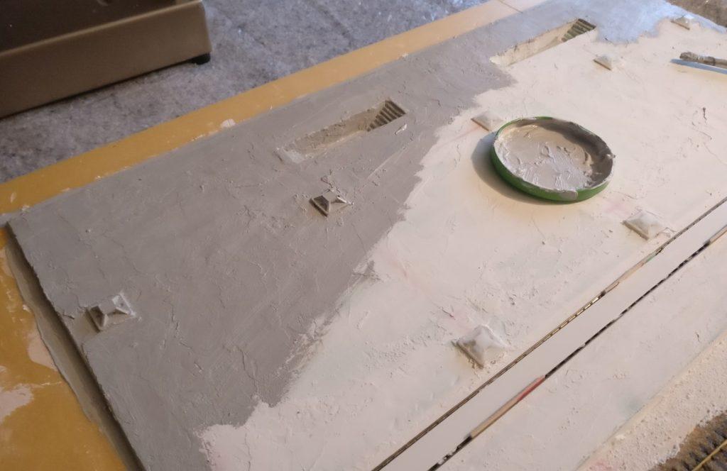 """Erstr Auftrag der Farbe """"Industriegrau"""" auf dem Hallenboden."""