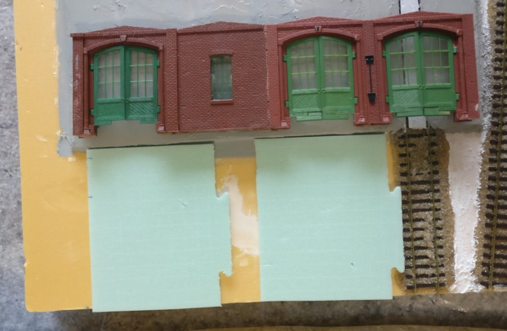 Zwei Stück Trittschalldämmung als Zufahrtstraßen aus Beton sind angelegt. Klar müssen die noch in Form geschnibbelt werden. Mit Skalpell und Bastelmesser wird das schon.