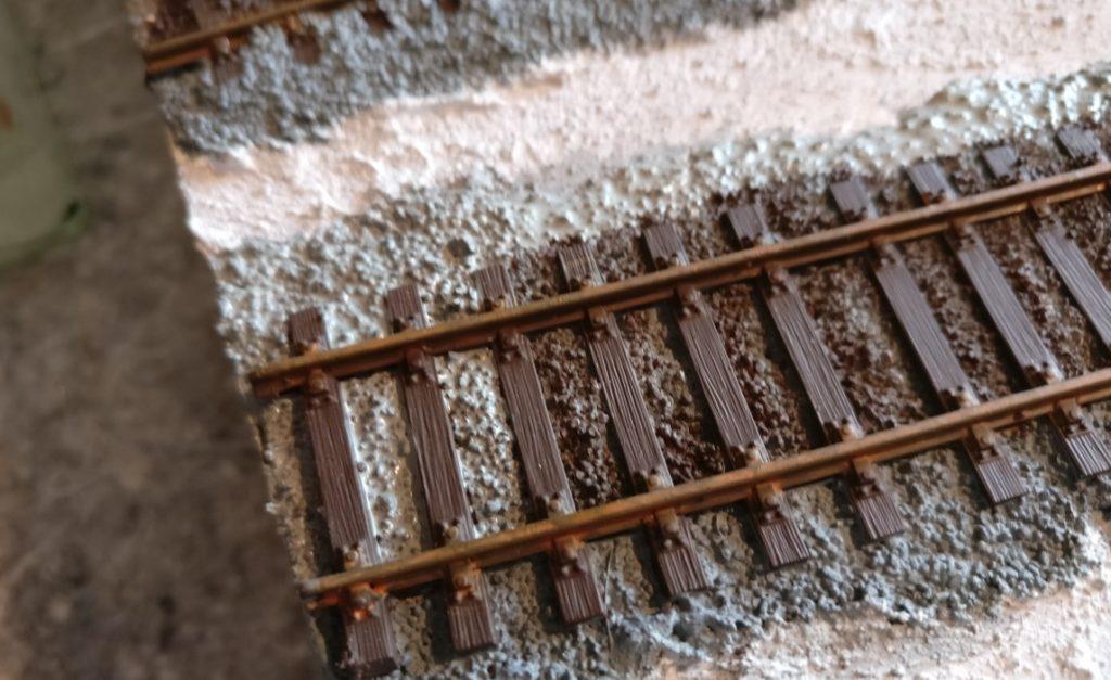 """Im ersten Schritt wird der gesamte Schotterkörper der Gleisbettung mit """"Mittelgrau"""" eingefärbt."""