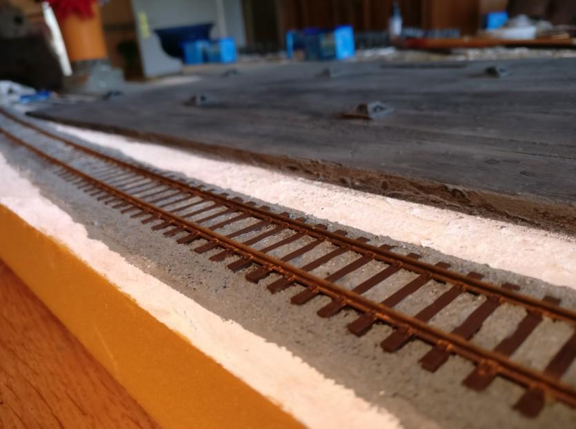 """Schlussendlich wird die gesamte Schiene nochmals mit einer Lasur aus dem rötlichen """"Braun"""" (85) von Revell überzogen. Dies bewirkt den Flugrost-Effekt."""