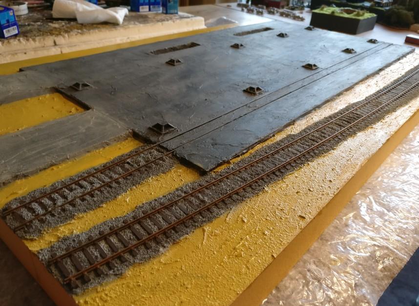 """Während Gleiskörper und Schienen trocknen, erhält die Erdkrume ihre Grundierung mir """"Sand"""" von Revell."""