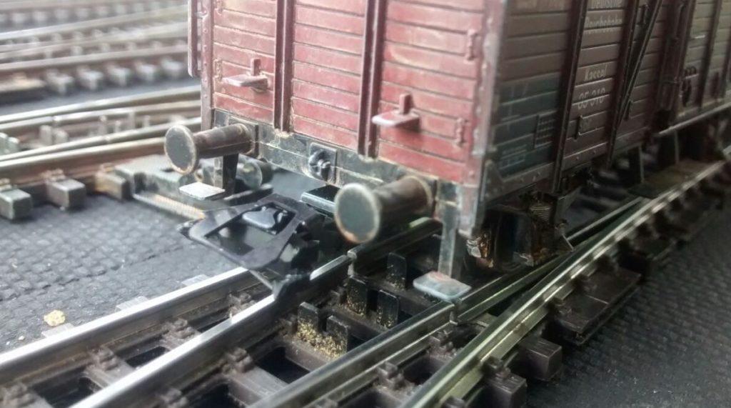 Die Pufferteller müssen natürlich Abnutzungsspuren bekommen. Das Altern von gedeckten Güterwägen erfordert auch einige Kenntnisse aus dem Betriebsablauf der Eisenbahn.
