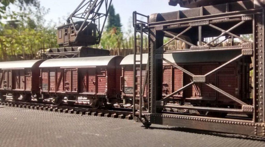 Güterzüge erlauben das Verlegen von Truppen. Die Krananlagen im Hafen erleichtern das Verladen der Panzer und Halbketten-Fahrzeuge.