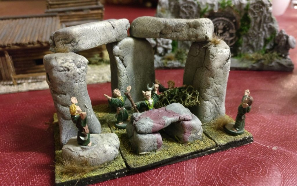 Noch befindet sich ein Altar im Zentrum des Steinkreises aus mit Decksteinen überbrückten Pfeilersteinen.