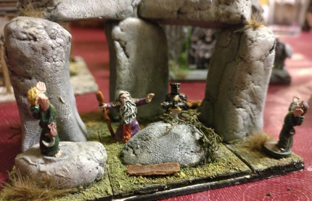 Und schwupps findet dort der Fels und in ihm steckend Excalibur den Weg in den Steinkreis.
