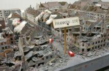 "Diorama ""Häuser-Brand nach Bombenangriff""?"