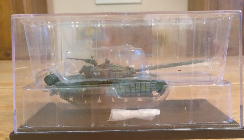 Hier steckt er noch in der Packung. Aber gleich darf der russische T-72 von Modelcollect an die frische Luft.