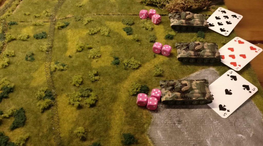 """Und jetzt der T-34: Genau die gleichen Kommandokarten! Genau die gleichen Würfe! Und alle drei T-34 erwürfeln den geforderten Kartenwert und dürfen feindwärts brettern, denn dem Kartenwert wurde KEIN Malus von """"+2"""" aufgeschlagen."""