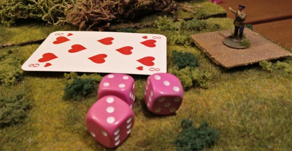 Der Offizier hat für seine rote Kommandokarte mit drei W6-Würfeln würfeln dürfen. Er hat mit der Augenzahl von 10 den Wert der Kommandokarte errreicht, sogar übertroffen. Somit darf er als russischer Offizier nun bis zu zehn Infanterieeinheiten im Umkreis von 20 Zoll mit seiner Roten Kommandokarte aktivieren.