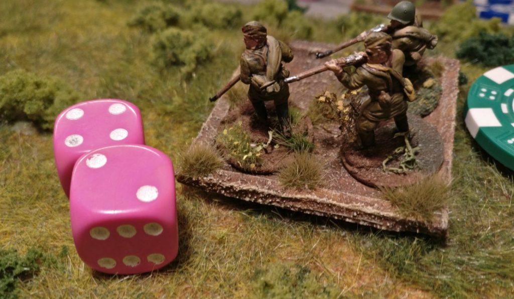 Der Schützentrupp wurden mit einem grünen Marker versehen. Er ist dazu bestimmt, sich um 10 Zoll zu bewegen. Der Schützentrupp erwürfelt nun seine Aktivierung und bezieht sich auf die Kommandokarte des russischen Offiziers. Zum Bewegen erlaubt die rote Kommandokarte zwei W6-Würfel zu rollen. Das Ergebnis: Er darf sich nicht bewegen. Der Wert der Kommandokarte wurde nicht erreicht.